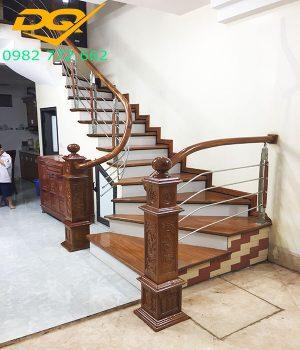 Mẫu trụ cầu thang gỗ vuông đẹp hiện đại