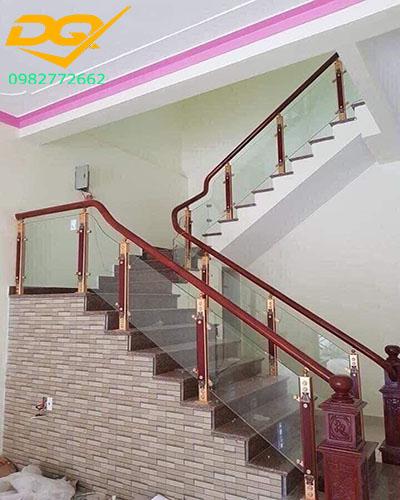 Mẫu trụ cầu thang inox kính đẹp - 1