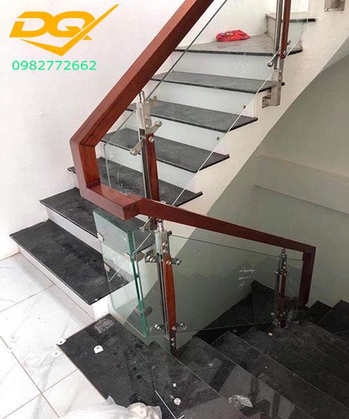 Mẫu trụ cầu thang inox kính đẹp - 2