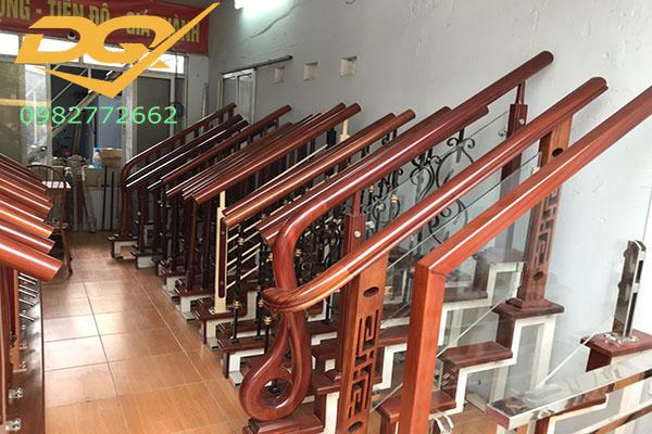 Mẫu trụ cầu thang inox ốp gỗ đơn giản đẹp