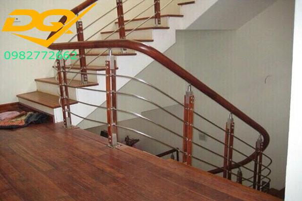 Mẫu cầu thang inox tay vịn gỗ #2