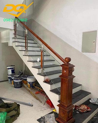 Mẫu cầu thang kính cường lực tay vịn gỗ đẹp giá rẻ nhất 2020#3