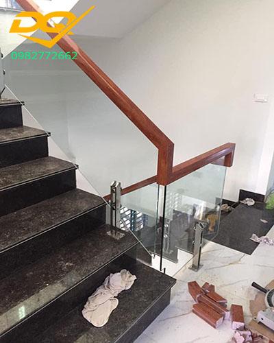 Mẫu cầu thang kính cường lực tay vịn gỗ đẹp giá rẻ nhất 2020#9