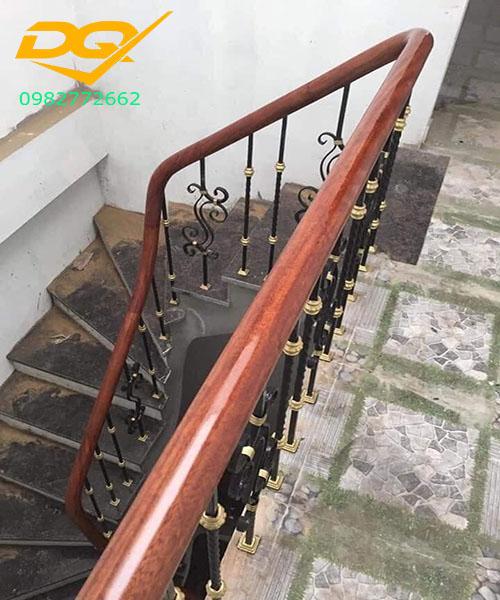 Mẫu cầu thang sắt hộp tay vịn gỗ lim nam phi đẹp năm 2020#2