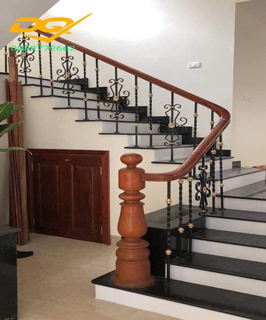 Mẫu cầu thang sắt hộp tay vịn gỗ lim nam phi đẹp năm 2020#3