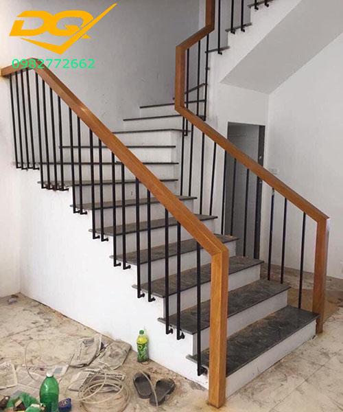 Mẫu cầu thang sắt hộp tay vịn gỗ lim nam phi đẹp năm 2020#4