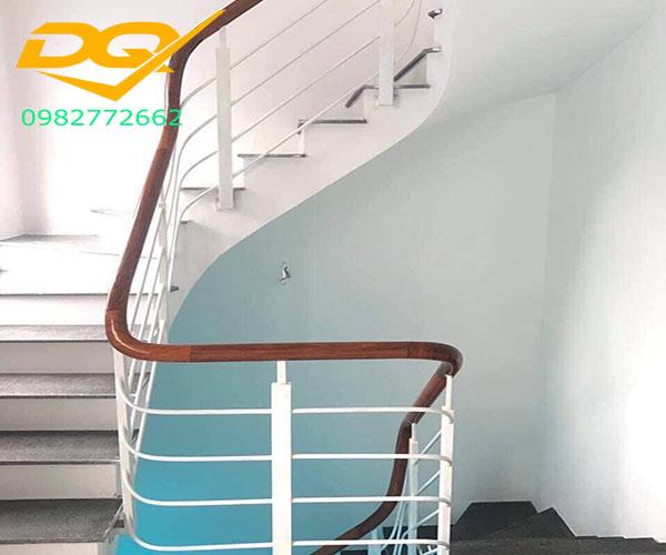 Mẫu cầu thang sắt hộp tay vịn gỗ lim nam phi đẹp năm 2020