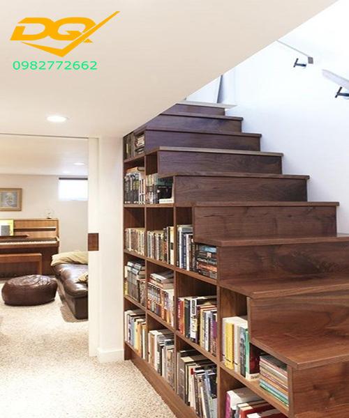 Biến gầm cầu thang thành giá sách