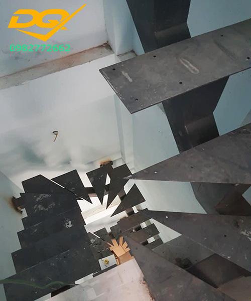 Ưu nhược điểm của cầu thang xương cá bằng sắt