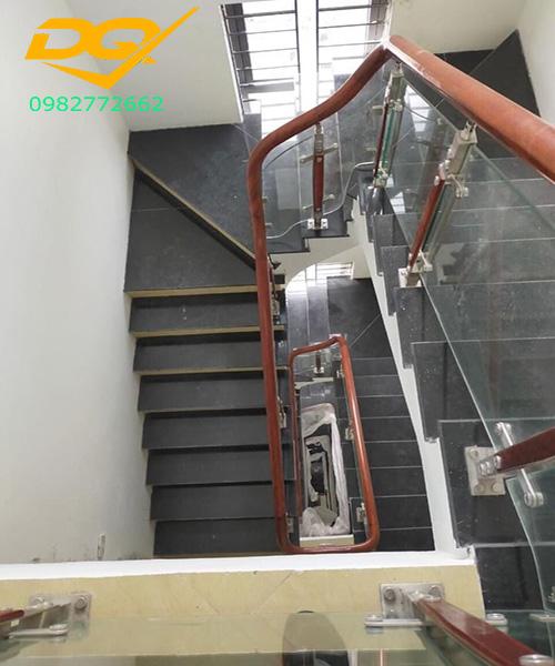 Cầu thang kính cường lực tay vịn gỗ đẹp giá rẻ tại Hà Nội